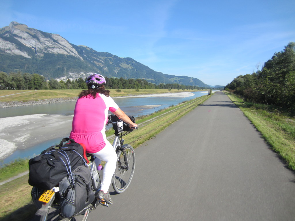 Auf dem Rheindamm Richtung Bregenz